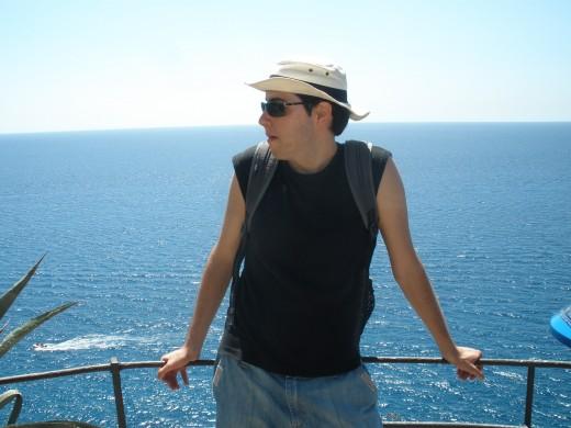 A la costa de Tossa de Mar, amb la indumentària estiuenca
